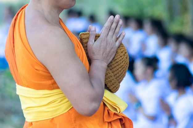 Gros plan à la main du moine prier geste ou saluer la culture. Photo Premium