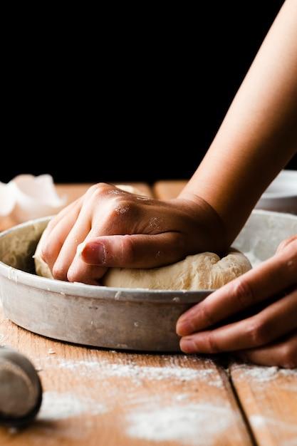 Gros plan, main, fabrication, pâte, plateau Photo gratuit