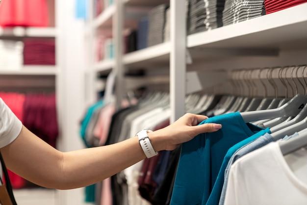 Gros plan de main de femme asiatique shopping. Photo Premium