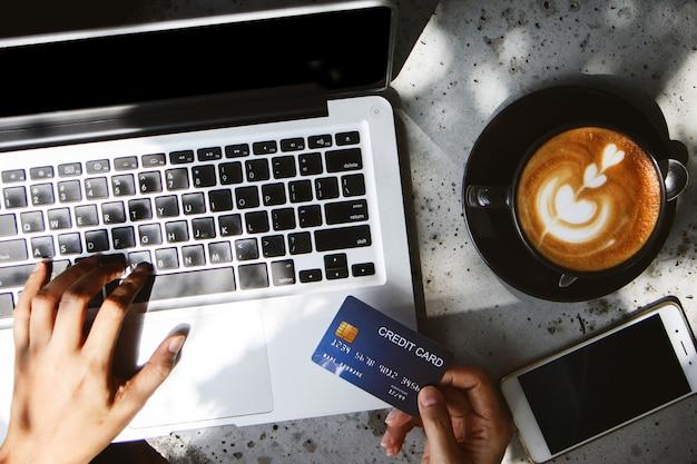Gros plan, main femme, carte crédit, paiement, ordinateur portable Photo Premium