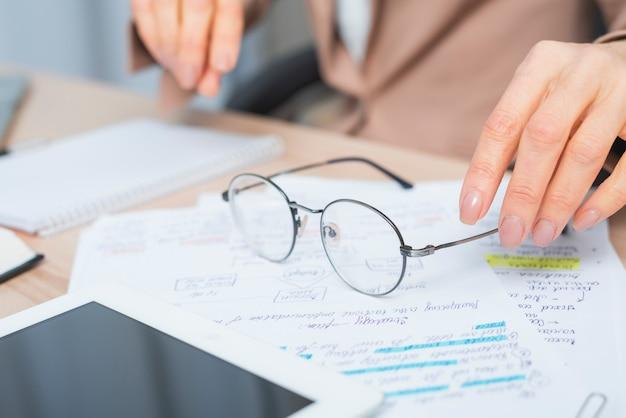 Gros Plan, Main Femme, Lunettes, Document, Document Photo gratuit