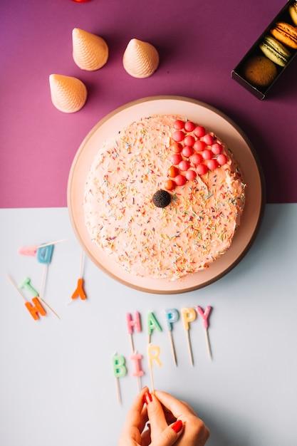 Gros plan, main femme, organisation, anniversaire, bougies, double, fond Photo gratuit