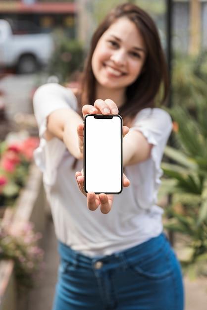 Gros plan, main femme, smartphone, écran blanc, blanc Photo gratuit