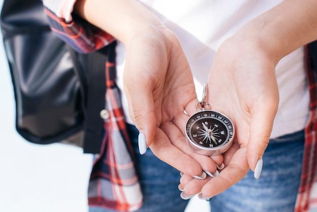 Gros plan, de, main femme, tenue, navigation, compas Photo gratuit