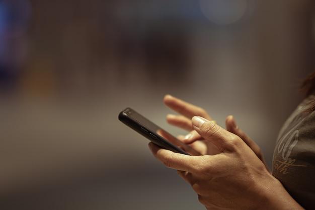 Gros Plan De La Main Des Gens à L'aide De Smartphone Photo Premium