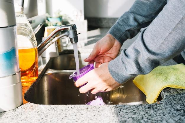 Gros plan, de, a, main homme, laver, récipient, dans, évier cuisine Photo gratuit
