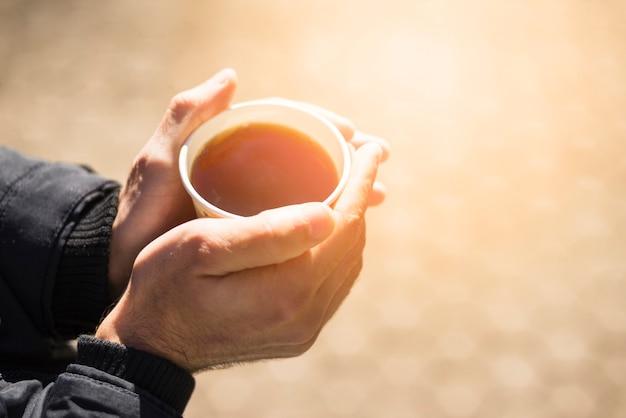 Gros plan, de, main homme, tenue, emporter, tasse café Photo gratuit