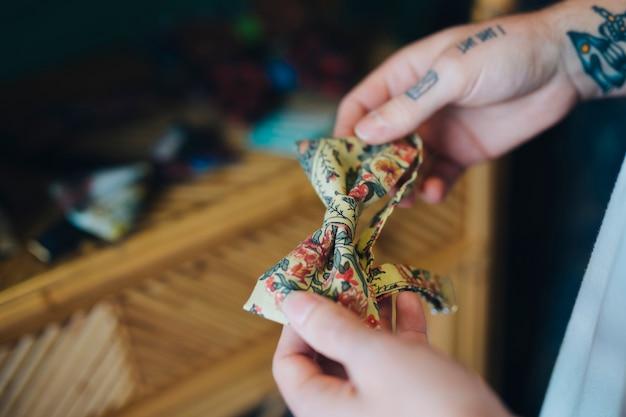 Gros plan, de, main homme, tenue, floral, noeud papillon floral Photo gratuit
