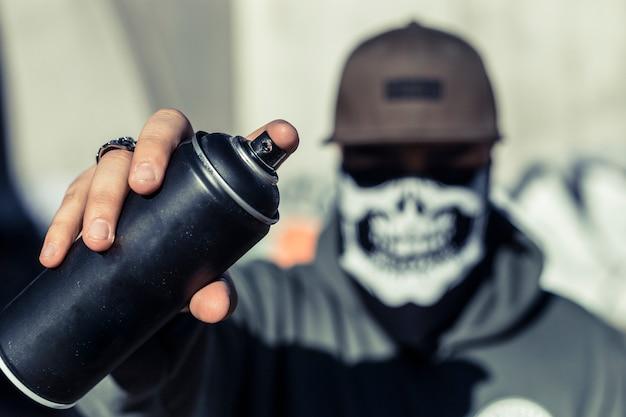 Gros plan, de, a, main homme, tenue, noir, bombe aérosol Photo gratuit