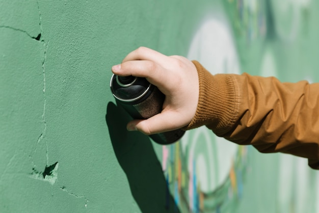 Gros plan, de, a, main humaine, faire, graffiti, à, aérosol, boîte Photo gratuit