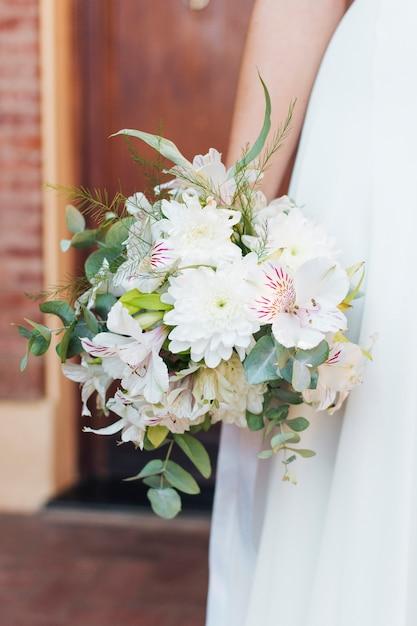 Gros plan, de, main mariée, tenant, bouquet fleurissant, dans main Photo gratuit