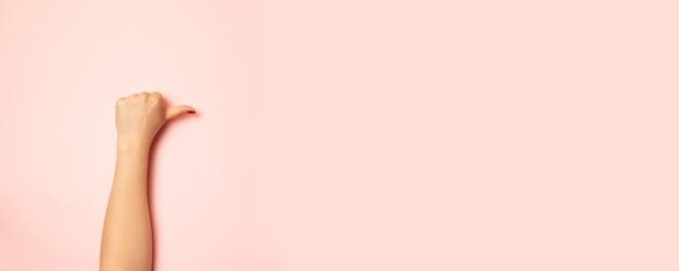 Gros plan d'une main masculine montrant les pouces vers le haut de signe Photo Premium