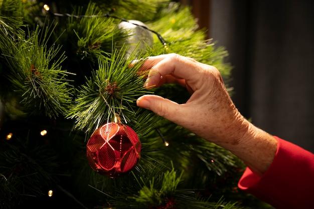 Gros plan, main, mise en place, arbre noël Photo gratuit