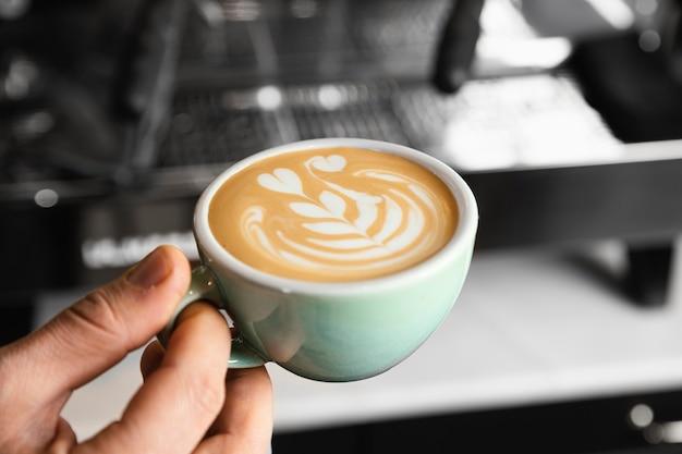 Gros Plan Main Tenant Une Délicieuse Tasse De Café Photo Premium