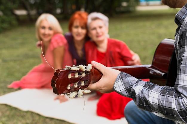 Gros plan, main, tenue, guitare acoustique Photo gratuit