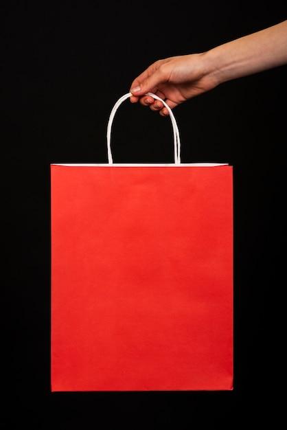 Gros Plan, Main, Tenue, Rouges, Sac Shopping, Fond Noir Photo gratuit
