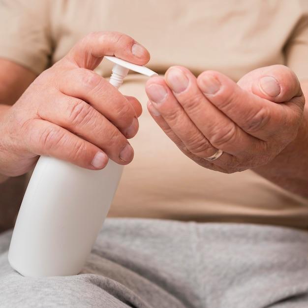 Gros Plan Des Mains à L'aide D'un Désinfectant Photo gratuit