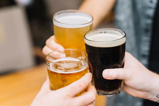 Gros plan, mains, applaudir, verres, bière Photo gratuit