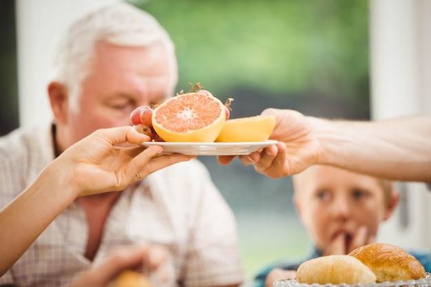 Gros plan, mains, assiette, fruit, plaque, petit déjeuner, maison Photo Premium