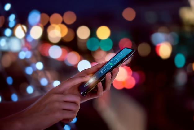Gros Plan, Mains, Balayage, Empreinte Digitale, Smartphone, Déverrouiller, Téléphone Portable, Bokeh, Couleurs, Lumière, Nuit, Atmosphérique, Ville, Concept, Sécurité, Identité, Technologie Photo Premium