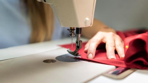 Gros Plan Mains Couture Avec Machine Photo gratuit
