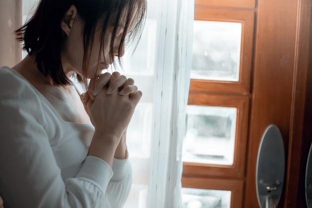 Gros Plan Des Mains De Femme Priant à L'église, La Femme Croit Et Prie Dieu. Photo Premium