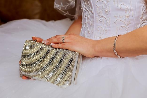 Gros plan des mains de la mariée au mariage. attend le marié Photo Premium