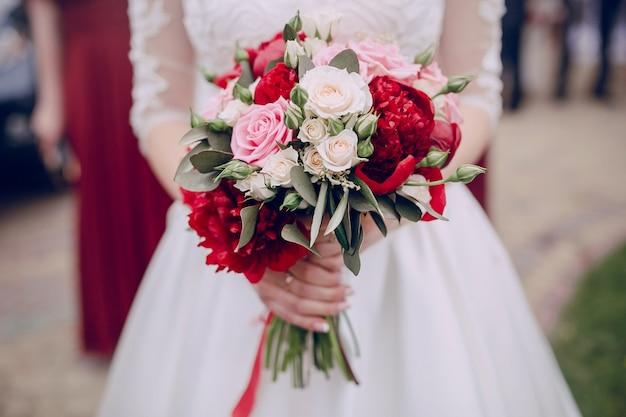 Gros plan des mains tenant le bouquet de mariage Photo gratuit