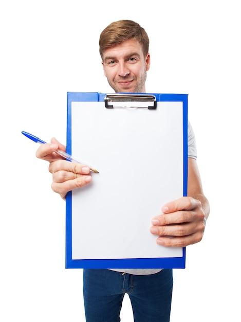 Gros plan des mains tenant un presse-papiers avec un morceau de papier Photo gratuit