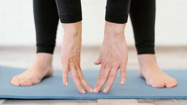 Gros Plan, Mains, Toucher, Tapis Yoga Photo gratuit