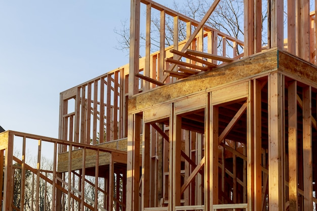 Gros plan de la maison construite en construction sur poutre et ciel bleu avec structure en treillis, poteau et poutre en bois. Photo Premium