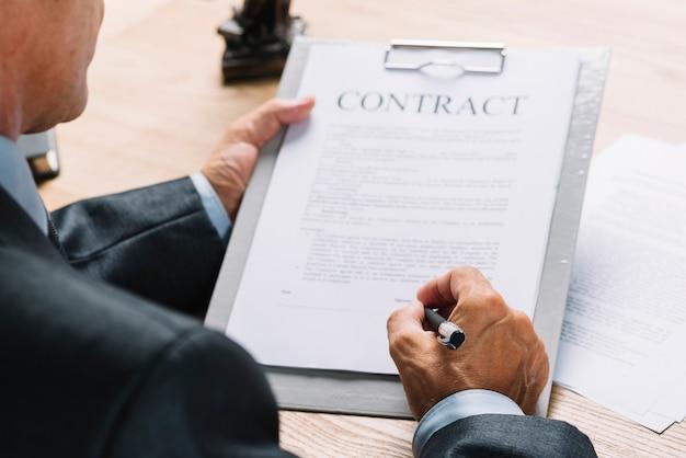Gros plan, mâle, avocat, signature, contrat, presse papier, stylo Photo gratuit