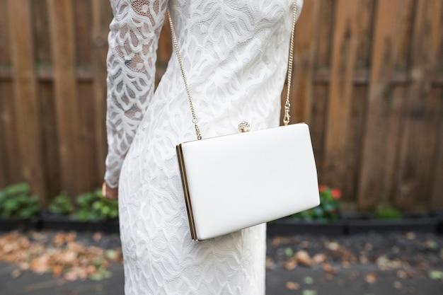 Gros plan, mariée, élégant, blanc, embrayage, dehors Photo gratuit