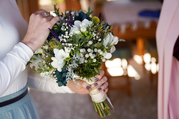 Gros Plan De La Mariée Tenant Le Bouquet Avec De Belles Fleurs Photo gratuit