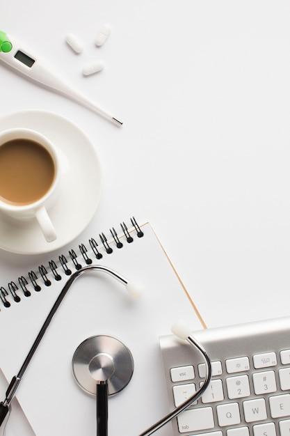 Gros plan, de, médical, santé, bureau, à, tasse café, sur, surface blanche Photo gratuit