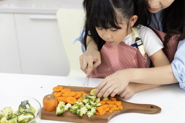 Gros Plan, De, Mère Fille, Couper, Legumes Photo Premium