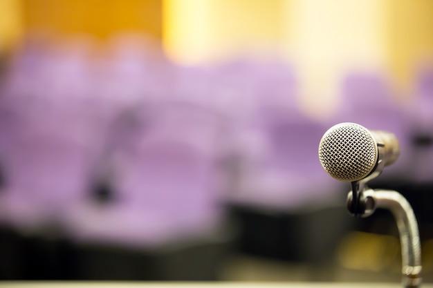 Gros Plan Microphone De Réunion Professionnelle Sur Le Podium. Photo Premium