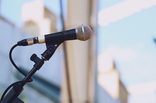 Gros plan, microphone, scène, lumière du jour Photo Premium