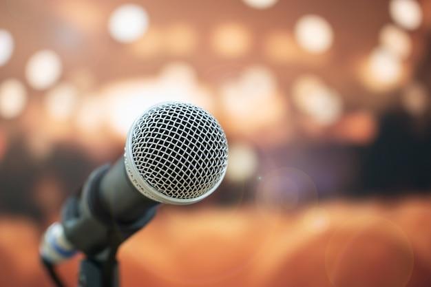 Gros plan, microphones, résumé, flou, parole, salle réunion Photo Premium