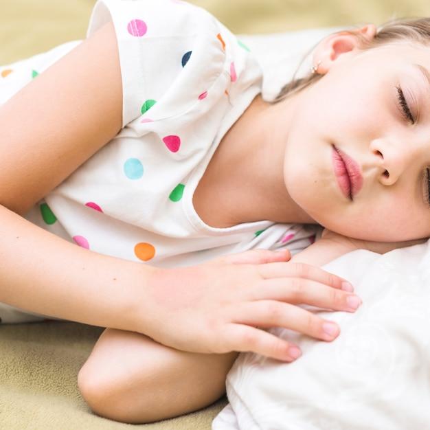 Gros plan, mignon, petite fille, dormir, lit Photo gratuit