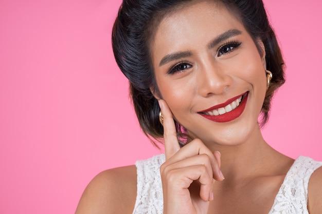 Gros plan mode femme lèvres rouges grand sourire Photo gratuit