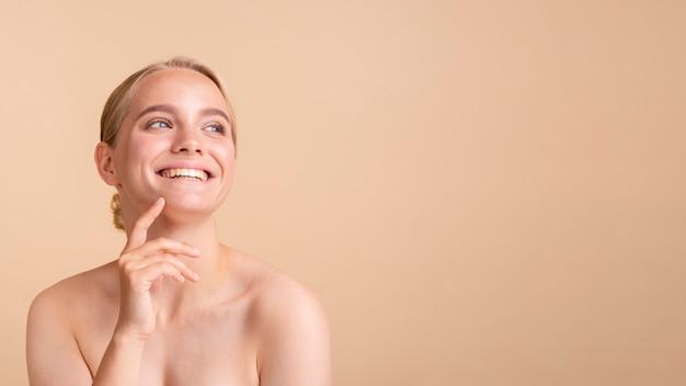 Gros plan modèle blonde avec large sourire et espace de copie Photo gratuit