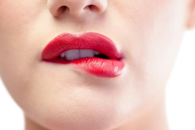 Gros Plan Sur Le Modèle Magnifique Mordant Les Lèvres Rouges Photo Premium