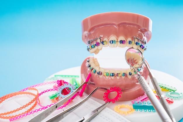 Gros plan modèle orthodontique et outil de dentiste Photo Premium