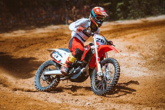 Gros plan, de, montagne, motocross, course, dans, piste terre, dans, jour, temps Photo Premium