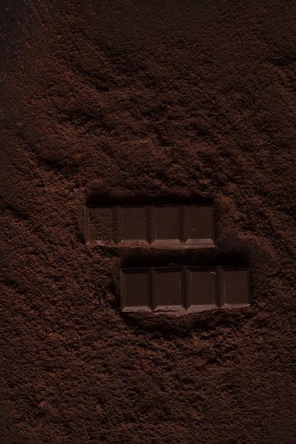 Gros Plan D'un Morceau De Chocolat En Poudre De Chocolat Sur Une Table Photo gratuit