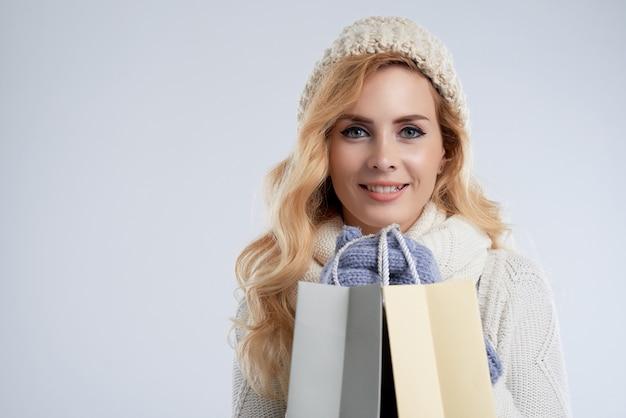 Gros plan moyen de belle femme heureuse d'acheter en vente de noël Photo gratuit
