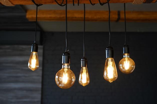 Gros Plan De Nombreuses Lampes Jaunes Dans Un Café La Nuit, Pièce Sombre Photo Premium