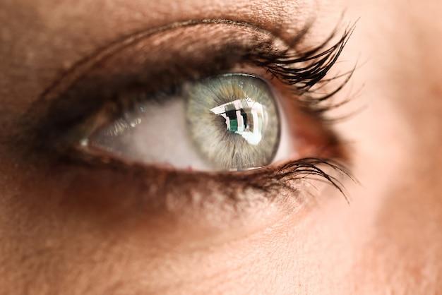 Gros plan de l'oeil de la belle jeune femme. Photo gratuit