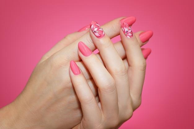 Gros Plan Sur Les Ongles De Femme Manucurés Avec Nail Art Rose Photo Premium